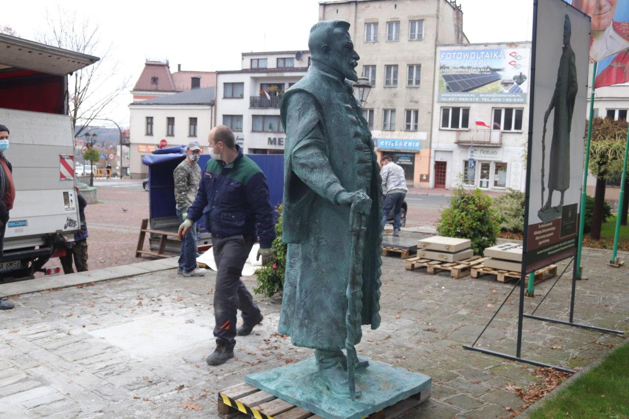 Dwumetrowy pomnik mężczyzny stanął na rynku miasta. Kogo przedstawia?