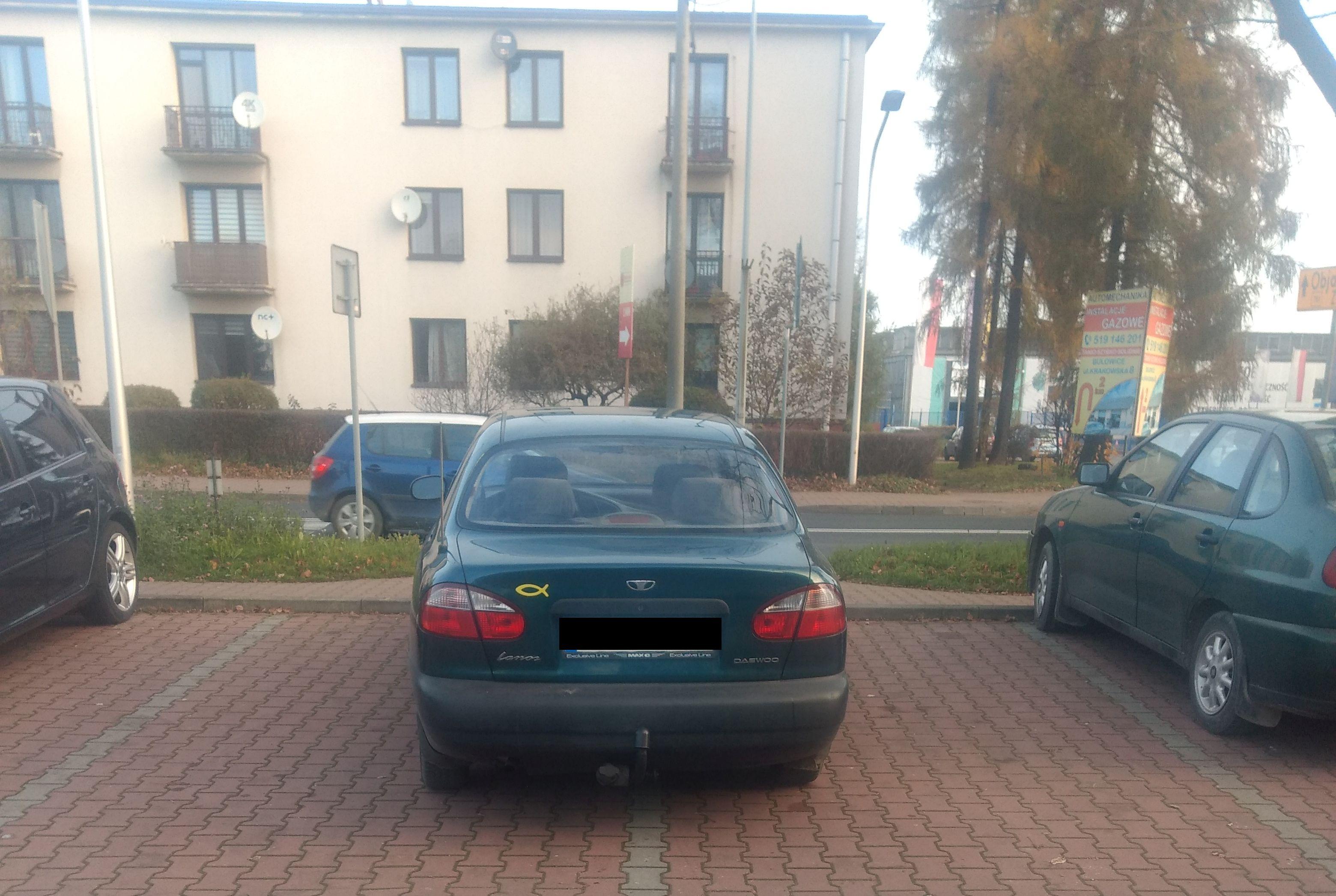 Mistrzowie parkowania. Taka sytuacja przed przychodnią w Andrychowie