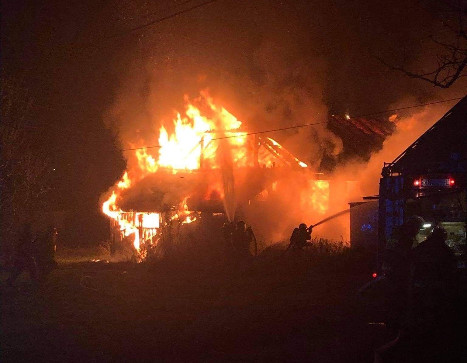Strażacy gaszą olbrzymi pożar
