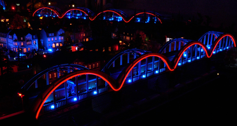 Podświetlone wiadukty w makiecie kolejki [FOTO]