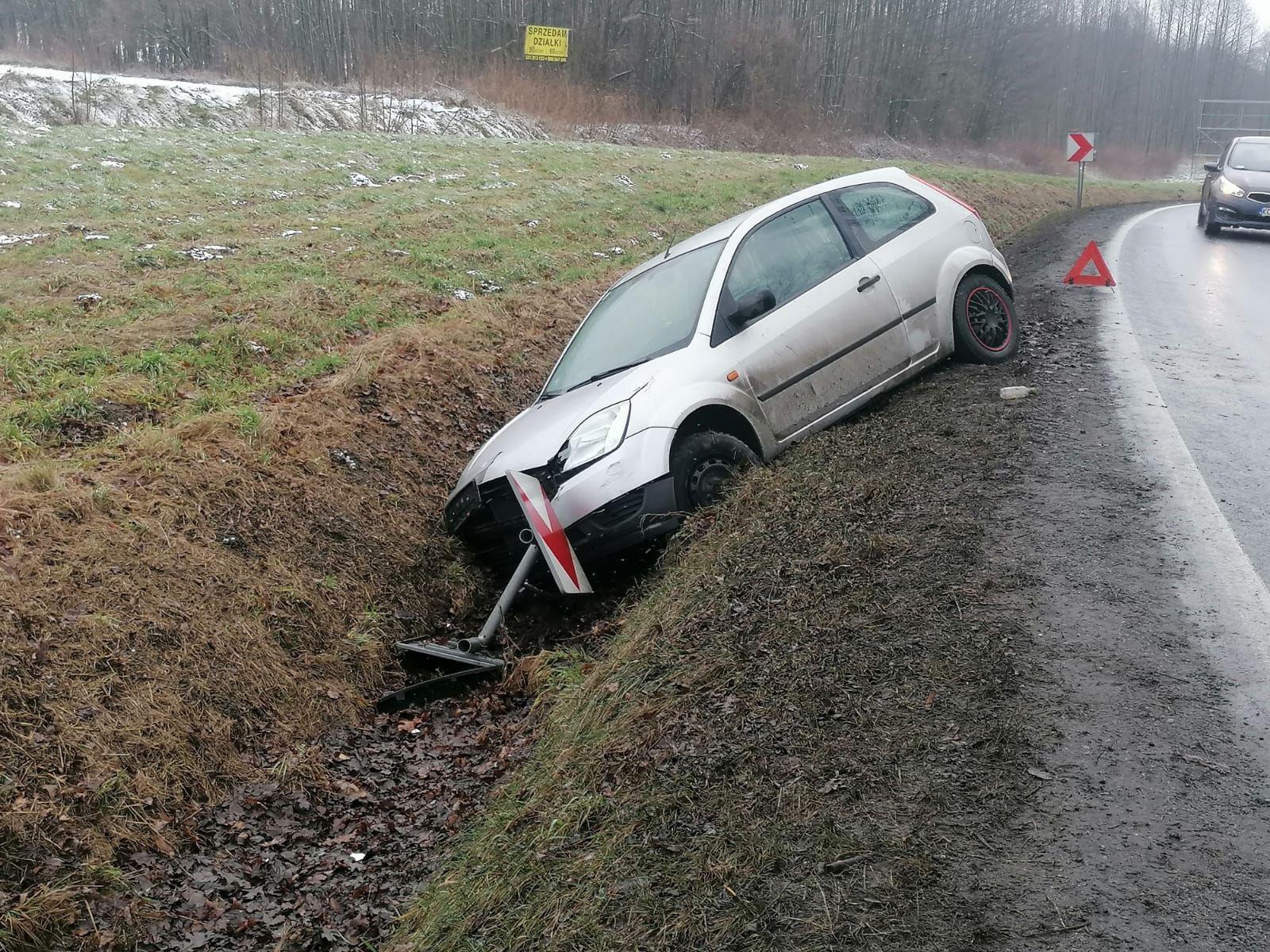 Wypadek na łuku drogi. Pasażerka trafiła do szpitala