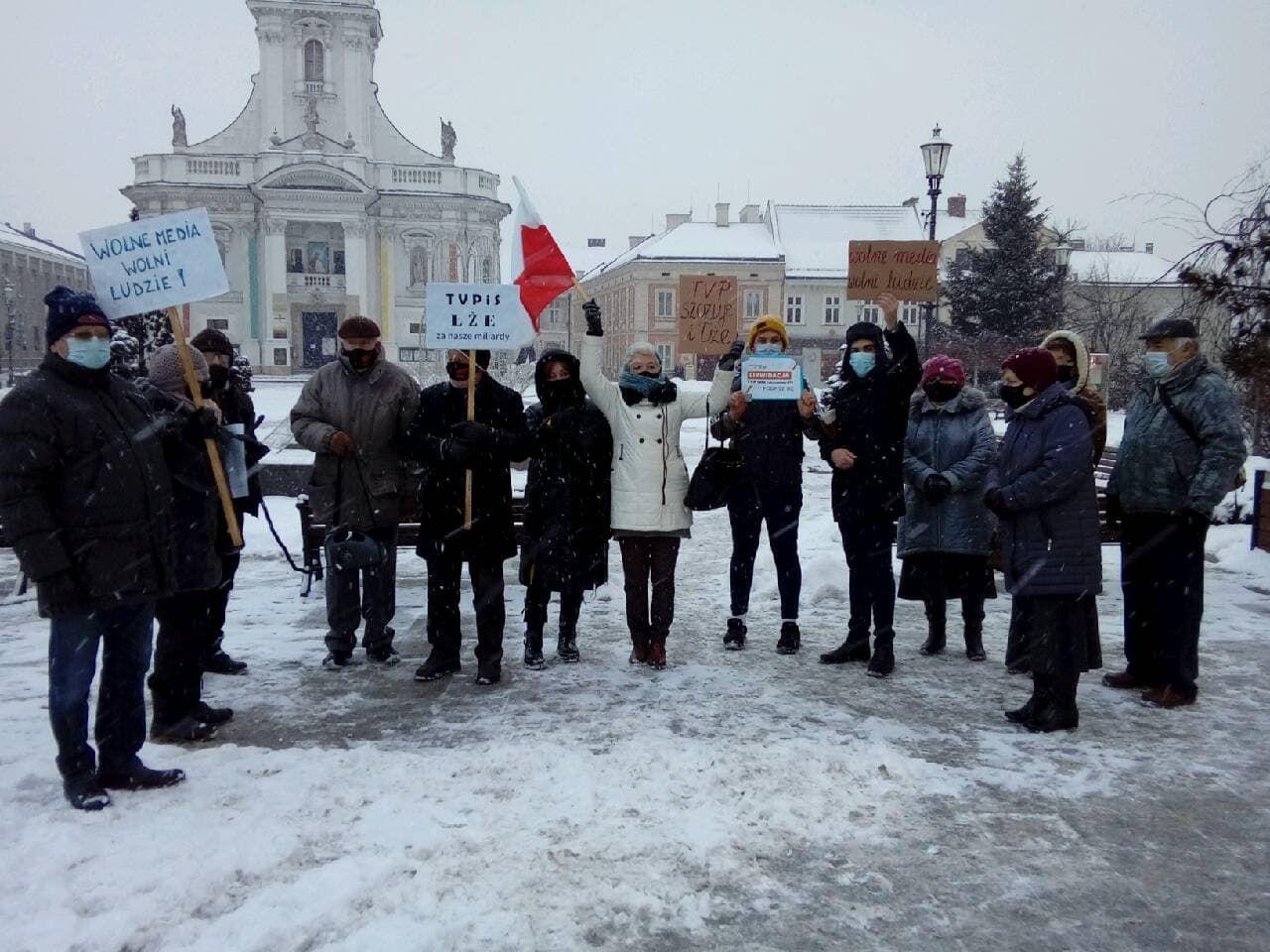 Protestowali i zbierali podpisy za likwidacją TVP info i abonamentu RTV
