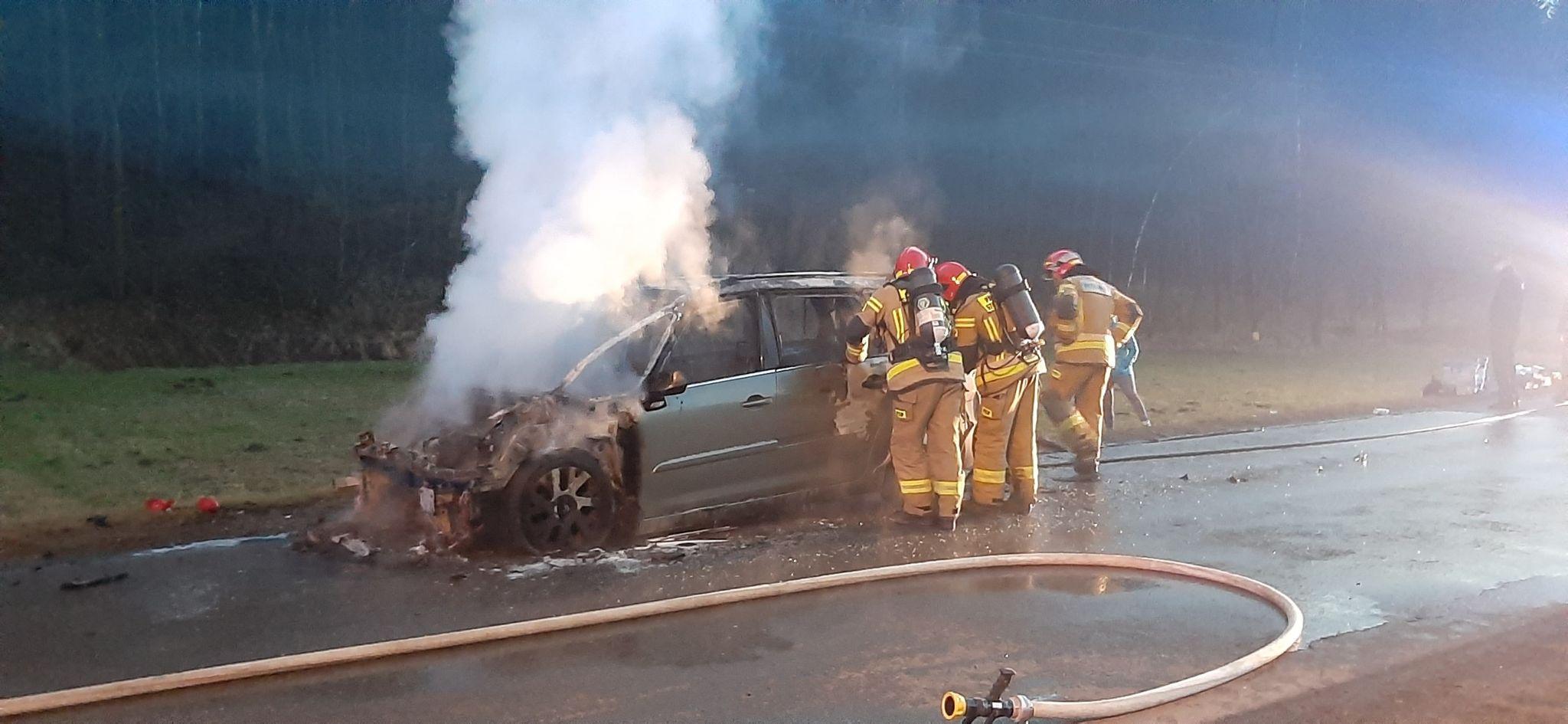 Strażacy gasili pożar samochodu