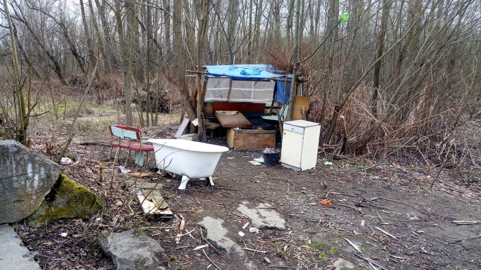 Dziwna konstrukcja, śmieci nad rzeką i w jej okolicach
