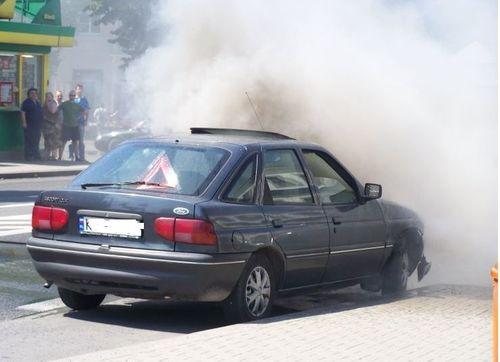 Pożar forda na Krakowskiej. W Rzykach fiat rozbił się na płocie [FOTO]