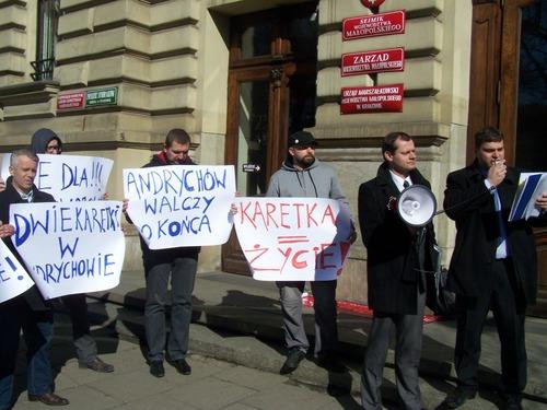 Protest przed urzędem wojewody w obronie karetki [FOTO]