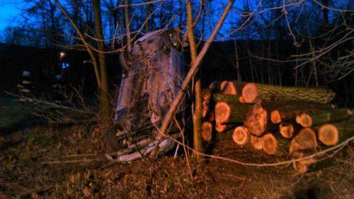 Poranny wypadek w Rzykach. Auto na drzewie[ FOTO]